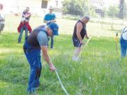 Biertischwette: Kräftemessen mit der Sense in Pichl