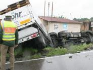 Unfall: B 300 mehrere Stunden gesperrt: Mann verletzt sich schwer