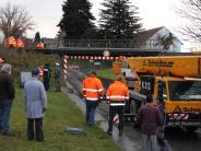 Aichach-Walchshofen: Lastwagen bleibt inUnterführung stecken - Bahnlinie vier Stunden gesperrt
