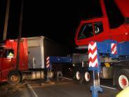 Aichach-Ecknach: Kran zieht festgefahrenen Sattelzug aus dem Graben