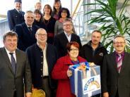 Spende: Die Raiffeisenbank verteilt Geschenke