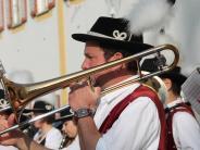 Pöttmes: Blasmusik, Böller und eine Bierdusche