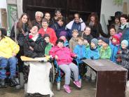 Begegnung: Kinder und Behinderte bauen Fütterungskästen für Wild