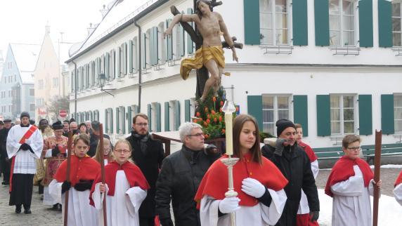 Prozession: Gläubige folgen dem Patron der Stadt Aichach