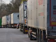 Polizei: Auto zwischen Lastwagen und Leitplanke geklemmt