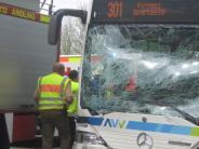 Unfall: Auto stößt bei Petersdorf mit Linienbus zusammen