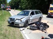 Friedberg-Derching/Affing: Motorradfahrerkollidiert nach Überholmanöver mit Auto