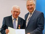 Auszeichnung: Verdienstmedaille für Aichachs Altbürgermeister