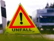 Polizei: Lastwagenfahrer verliert auf B300 bei Dasing Getränkekisten