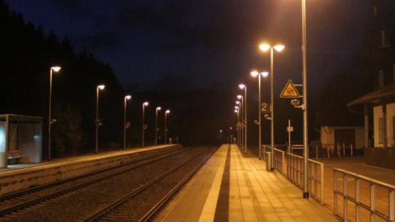 Kreis Günzburg: Betrunkener stolpert ins Gleisbett - Zug bleibt über ihm stehen