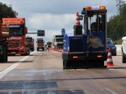Adelsried: Stundenlanger Stau: Lastwagen verliert 400 Liter Diesel auf der A8