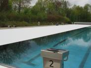 Gersthofen: Eine Folie hält das Sportbecken warm