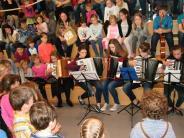 Instrumente: Cello und Schlagzeug zum Ausprobieren