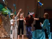 Theater: Buntes Friedensfest beendet den Streit