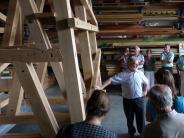 Besichtigung: Der neue Glockenstuhl ist beeindruckend