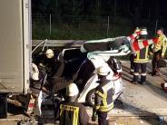 Streitheim: Schwerer Unfall auf der A8: Auto gerät unter Lastwagen-Anhänger