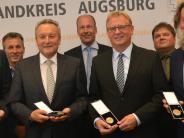 Auszeichnungen: Medaillen und Urkunden für Kommunalpolitiker