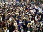 Gersthofen: 620 Musiker spielen aufdemRathausplatz