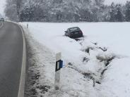 Landkreis Augsburg: Schneeräumer fängt an zu brennenund Autos rutschen in den Graben