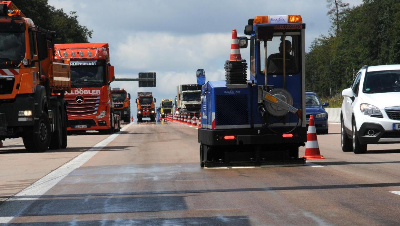 Adelsried Stundenlanger Stau Lastwagen Verliert 400