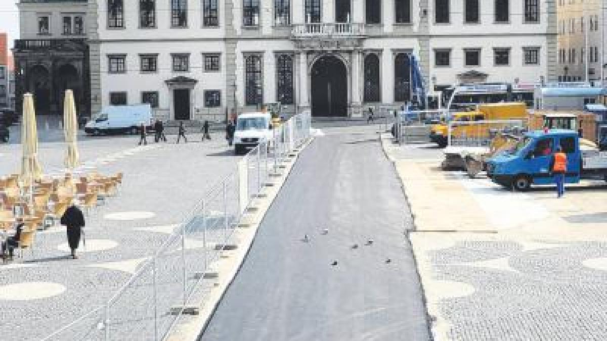 Baustelle Schwarzer Teppich vor dem Rathaus  Lokales