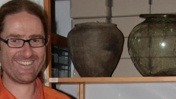 Der Archäologe Dr. <b>Martin Grünewald</b> untersucht und katalogisiert derzeit die ... - Copy-20of-20IMG-4898