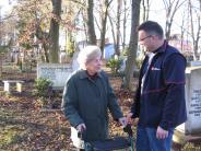 Augsburg: Friedhof-Fahrdienst bringt Senioren zu den Gräbern ihrer Lieben