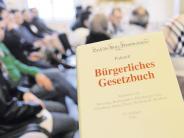 Augsburg: Asylbewerber lernen deutsches Recht