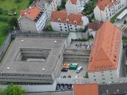 Augsburg: Was machen die Streifenwagen vor der JVA Karmelitengasse?