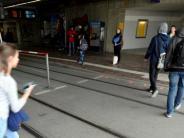 Kommentar: Sind die Augsburger Bodenampeln für Handystarrer Unsinn?