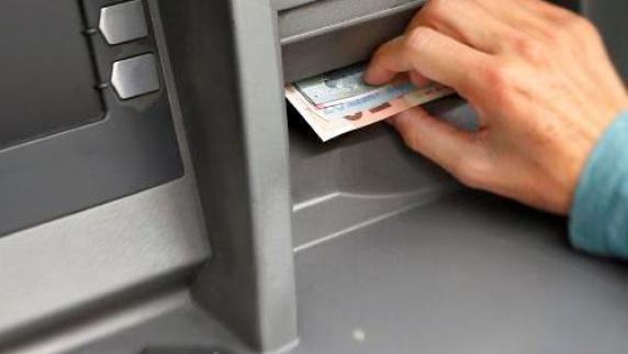 Augsburg: Duo bestiehlt Bankkunden mit einem Trick