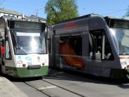 Augsburg: Unbekannter bespuckt und schlägt älteres Ehepaar in Straßenbahn