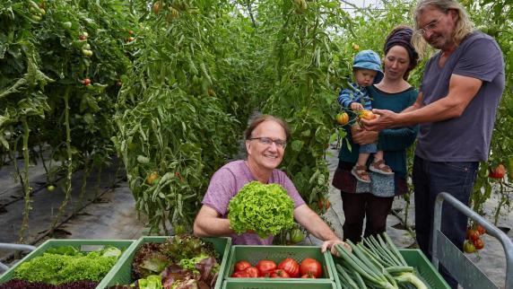 Augsburg: Lebensmittel direkt vom Erzeuger: Sie teilen die Früchte ...   {Junger landwirt bei der arbeit 82}