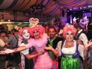 """Augsburg: Bildergalerie: Bunte Party beim """"Rosa Montag"""" auf dem Plärrer"""