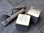 : An wen erinnern die Stolpersteine und Bänder?