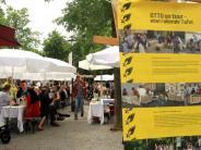 """Augsburg: """"Kleine Friedenstafel"""" am Helmut-Haller-Platz"""