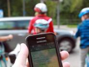 Augsburg: Viele Fußgänger sind auf Kreuzungen von Smartphones abgelenkt