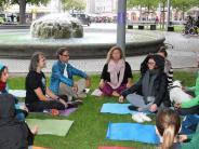 Augsburg: Yoga soll für Frieden am Kö sorgen