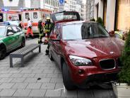 Unfall: Auto rast über Gehweg und prallt gegen Hauswand