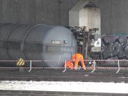 Bahnverkehr: Güterzug stößt gegen einen Brückenpfeiler