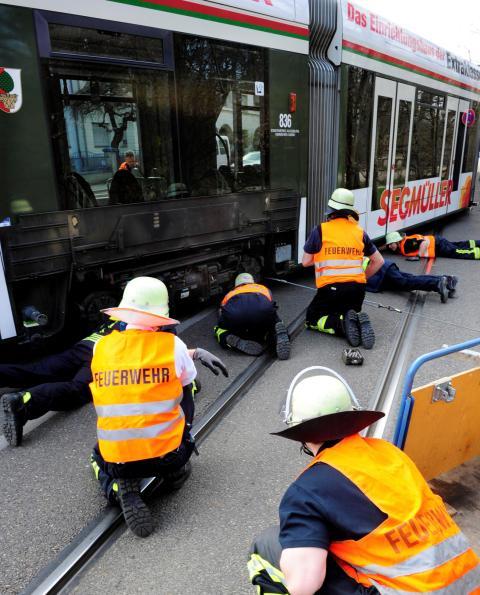Unfall Metallteil In Schiene Tram Entgleist Lokales