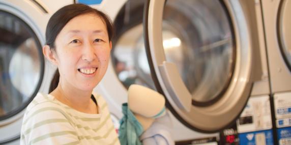tatort darsteller wie schauspieler dirk martens zu einem waschsalon in tokio kam promis. Black Bedroom Furniture Sets. Home Design Ideas
