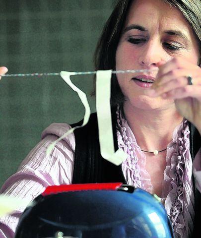 Lehrerin <b>Johanna Winter</b> macht anschaulichen Unterricht. Foto: Alexander Kaya - Unterricht-mit-Luftballon-und-Toaster
