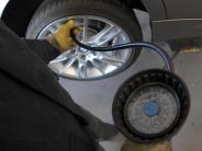 Auto: Reifendruck sollte alle zwei bis vier Wochen kontrolliert werden
