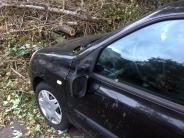 Ob Dellen oder Totalschäden: Sturmschäden am Auto schnell der Versicherung melden