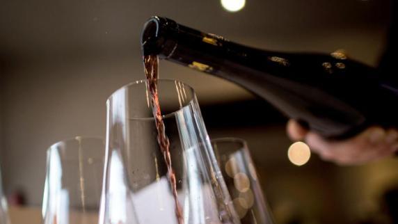 Rotwein: Mehrere Flaschen Rotwein täglich: Spanier wird dennoch 107