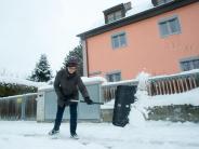 Weg mit der weißen Pracht: Tipps zu Schneeschaufeln und Streugut