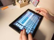 Besser arbeiten: Heller Schreibtisch schont die Augen bei den Hausaufgaben
