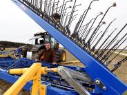 Agrar: Ein Bauer striegelt seinen Acker
