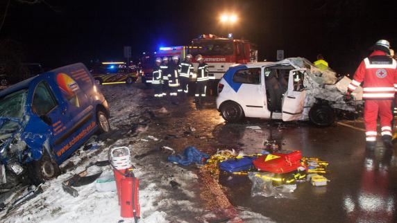 Bayern: Viele Unfälle auf schneeglatten Straßen – Familiendrama auf der B2